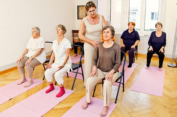 Senioren Yoga auf dem Hocker
